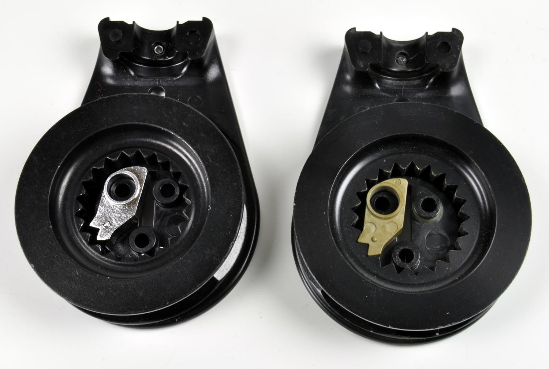 Links: die Harken-Rolle mit Stahlnocke und Rechts die Seilrolle in der nautischen Version mit Plastik-Nocke.